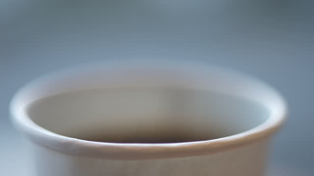 vídeos de stock e filmes b-roll de a cup of coffee in a paper cup - café e cultura