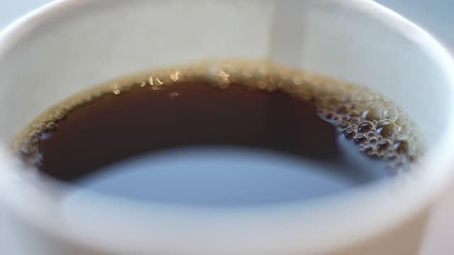 紙コップに入れたコーヒー1杯 - 使い捨てコップ点の映像素材/bロール