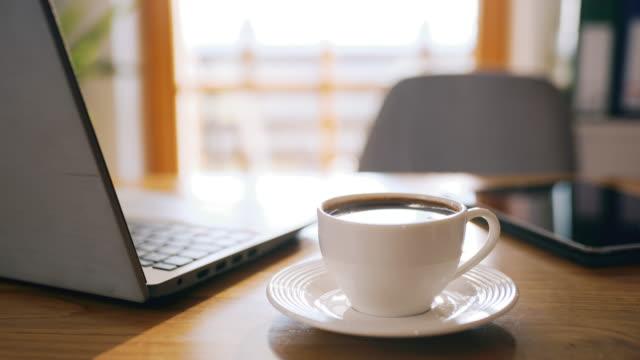 vidéos et rushes de ds cup de café sur un bureau prêt pour travailler de la maison - calendrier