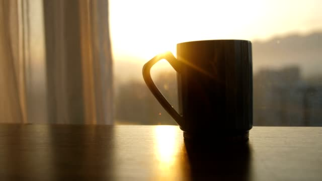 vídeos y material grabado en eventos de stock de taza de café sobre la mesa - cup