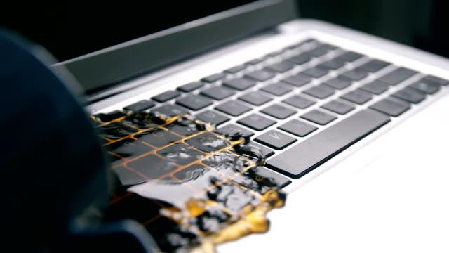 vídeos y material grabado en eventos de stock de una taza de derrames de café en la computadora portátil - derramar actividad