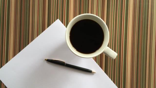 空白の紙とコーヒーのカップ - カフェイン分子点の映像素材/bロール