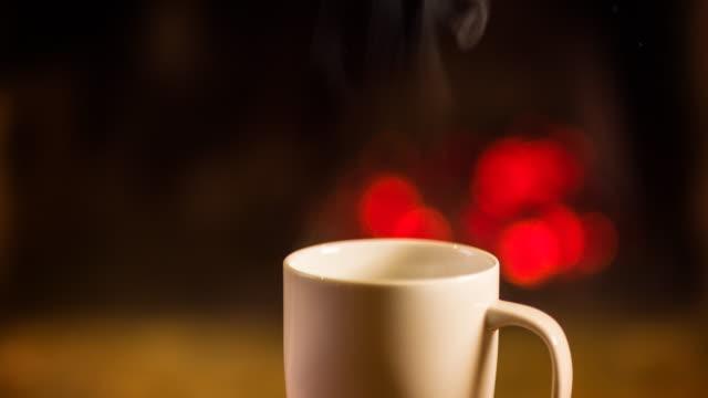 Heißes Getränk am offenen Kamin