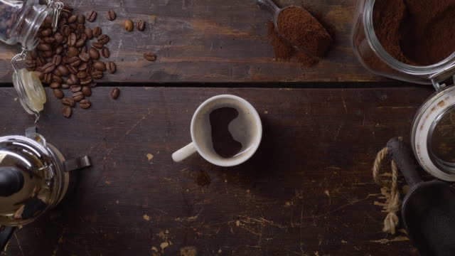 eine tasse heißen frischen kaffee auf einem holztisch - table top view stock-videos und b-roll-filmmaterial