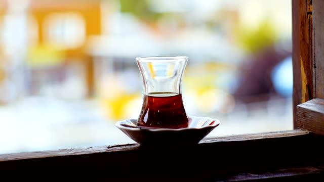 tasse türkischen tee in einem fenster - cay insel stock-videos und b-roll-filmmaterial