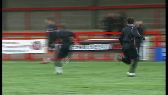vidéos et rushes de preview of crawley town v manchester united; england: west sussex: crawley: broadfield stadium: ext view from behind goal net showing crawley town fc... - programme de télévision