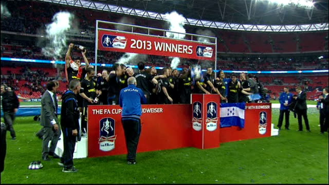 stockvideo's en b-roll-footage met preview 1152013 london wembley stadium ext wigan team celebrate on pitch after winning 2013 fa cup final against manchester city - fa cup