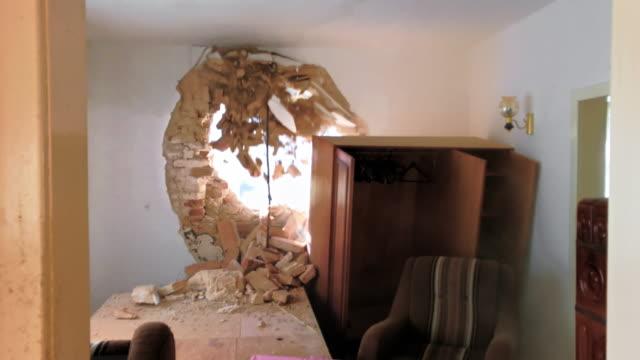 vidéos et rushes de ld les armoires d'ouverture que la pelle de démolition fait un gros trou dans le mur extérieur - placard