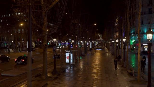 vidéos et rushes de curfew at 6 p.m. in paris. france faces the coronavirus - trottoir