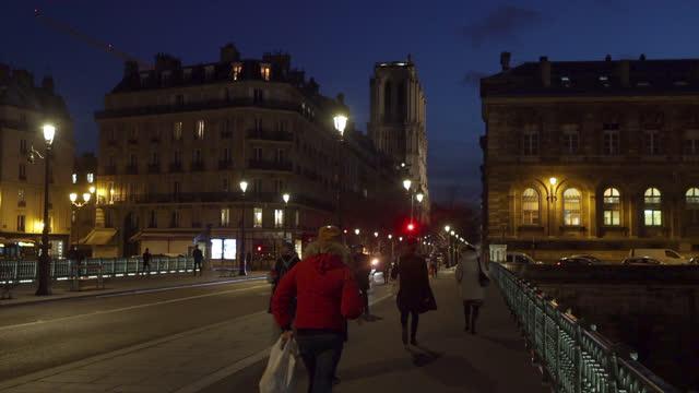 vídeos de stock e filmes b-roll de curfew at 6 p.m. in paris. france faces the coronavirus - pandemia doença