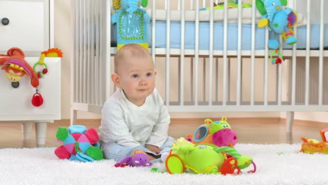 hd: neugierig baby-junge blick durch kinderzimmer - ein männliches baby allein stock-videos und b-roll-filmmaterial