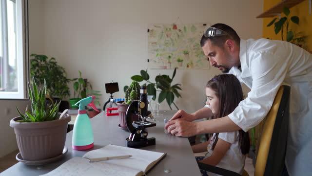 neugieriges mädchen hilft ihrem onkel, neue inhalte für seinen schweigekanal aufzunehmen - content stock-videos und b-roll-filmmaterial