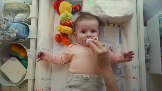 vidéos et rushes de petit bébé curieux regardant sa mère - confusion