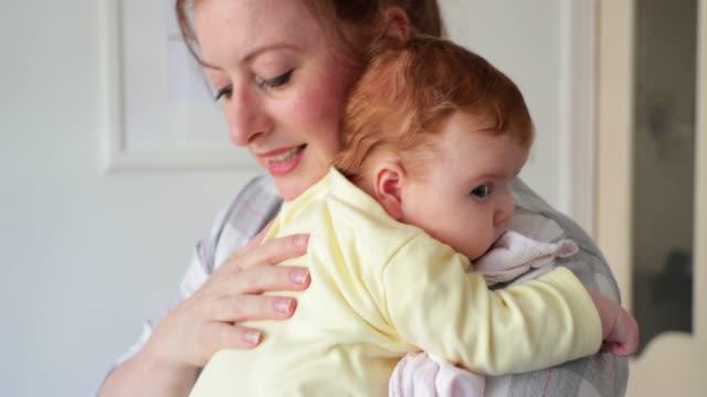 vídeos de stock e filmes b-roll de curious newborn - articulação humana