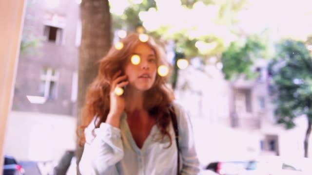 curious woman looking through shop-window - schaufenster stock-videos und b-roll-filmmaterial