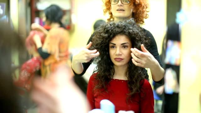 vidéos et rushes de jeune fille brune frisée, venir sa nouvelle coiffure coiffeur - cheveux frisés