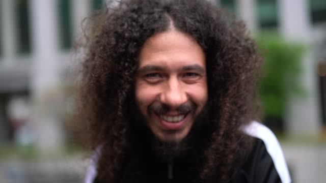 vídeos de stock e filmes b-roll de curly hair man portrait - personas