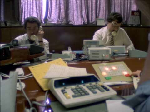 vidéos et rushes de currency brokers working in money trading office at the bank of montreal speaking on the telephone including cus of computer screens of hand writing... - échange commercial