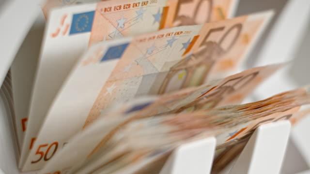 vídeos de stock, filmes e b-roll de slo mo ld moeda contagem contagem máquina cinquenta euros notas de banco - moeda da união europeia
