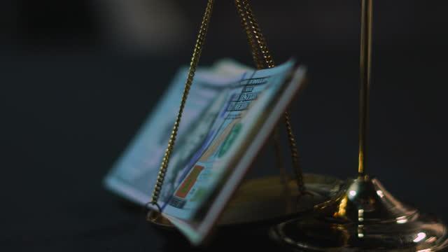 正義の規模に関する米国通貨 - 正義の天秤点の映像素材/bロール