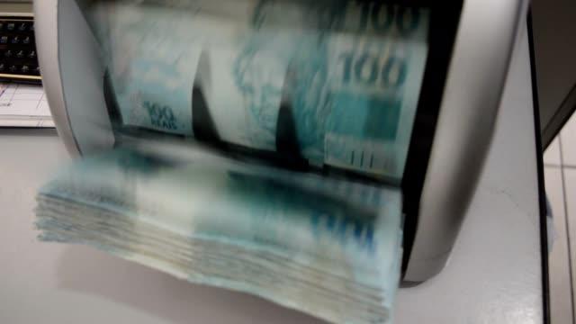 vídeos y material grabado en eventos de stock de moneda-máquina de contar es el recuento de 100 - manojo