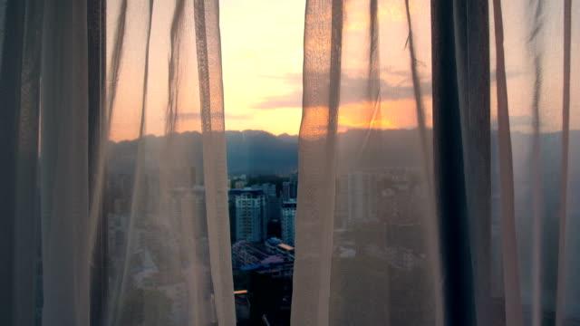 stockvideo's en b-roll-footage met gordijn in het venster van de kamer in de ochtend - gordijn