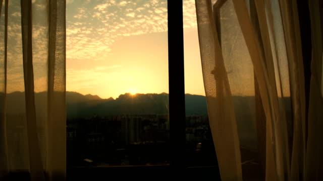 部屋の夕焼けの窓のカーテン - カーテンレール点の映像素材/bロール