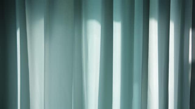 朝の光が灯るカーテン - カーテンレール点の映像素材/bロール