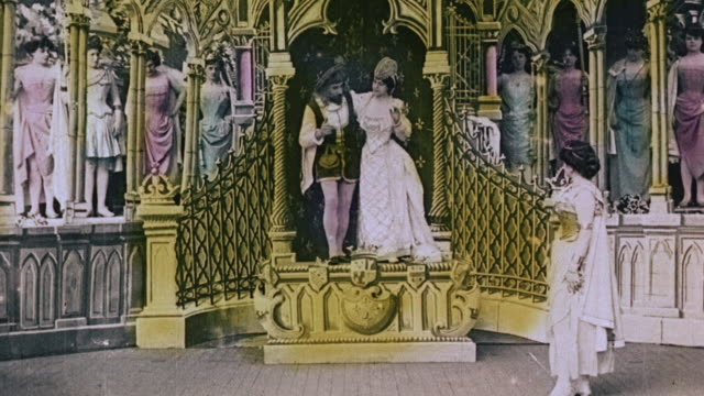 vídeos de stock e filmes b-roll de 1903 ws curtains part to reveal dancers celebrating return of princess in the film, le royaume des fées (the kingdom of fairies) by georges melies - colorido a mão