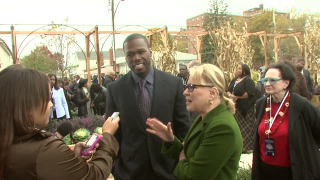 vidéos et rushes de curtis '50 cent' jackson and bette midler at the nyrp celebrates opening of curtis '50 cent' jackson community garden at queens ny - bette midler