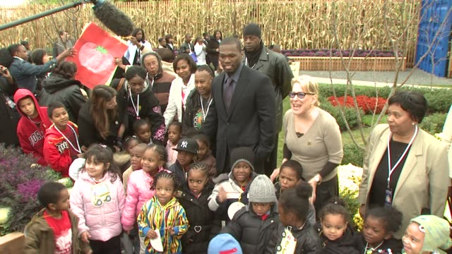 vidéos et rushes de curtis '50 cent' jackson bette midler and school children at the nyrp celebrates opening of curtis '50 cent' jackson community garden at queens ny - bette midler