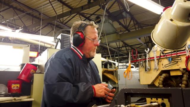 vídeos de stock e filmes b-roll de curtis gerard makes parts using a swiss screw machine at makerite manufacturing on october 07, 2019 in roscoe, illinois. makerite, a 2nd-generation... - trabalho de metal