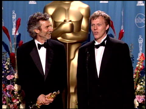 stockvideo's en b-roll-footage met curtis hanson at the 1998 academy awards at the shrine auditorium in los angeles california on march 23 1998 - 70e jaarlijkse academy awards