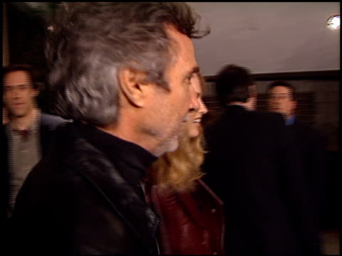 curtis hanson at the 'traffic' premiere at academy theater in beverly hills, california on december 14, 2000. - traffic点の映像素材/bロール