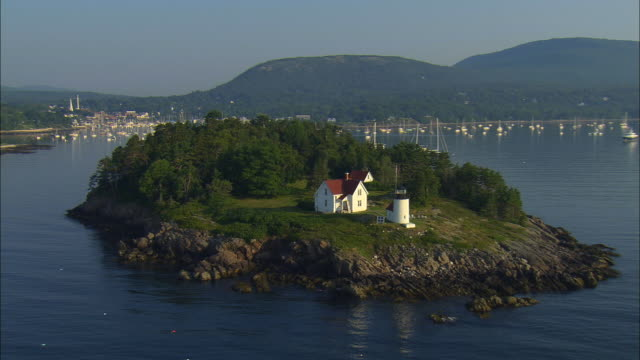 low aerial, curtis island lighthouse, harbor and town, camden, maine, usa - ostamerika stock-videos und b-roll-filmmaterial