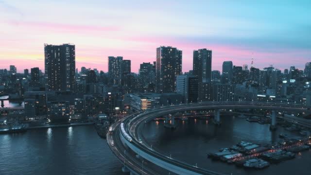 vídeos de stock, filmes e b-roll de curve of highway above the sea - rotunda arquitetura