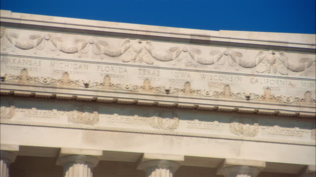 cu, pan curved inscription on lincoln memorial architrave, washington dc, usa - architrav stock-videos und b-roll-filmmaterial