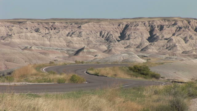 vídeos y material grabado en eventos de stock de curved mountain road in badlands national park united states - badlands national park