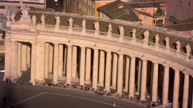stockvideo's en b-roll-footage met curved row of columns lining the piazza of st peter's basilica - sint pietersplein