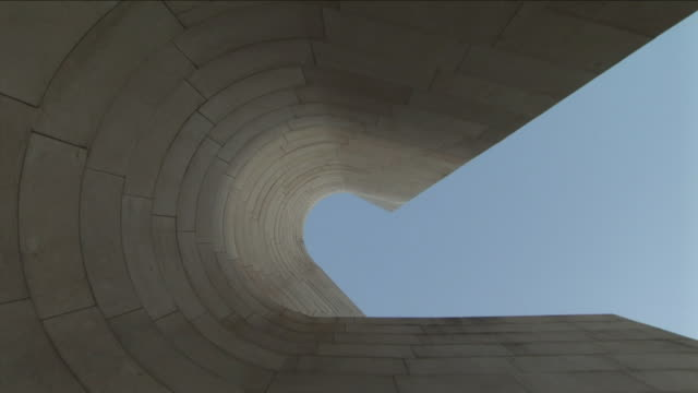 cu, la, curved wall of guggenheim museum, bilbao, vizcaya, spain - immagine in movimento in loop video stock e b–roll