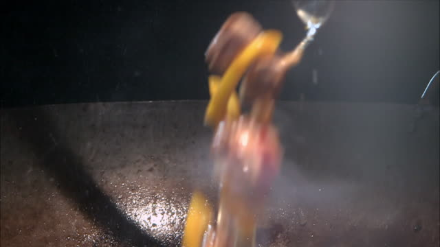 cus chinese-style food in a wok - kochgeschirr stock-videos und b-roll-filmmaterial