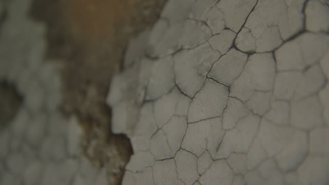 vídeos de stock e filmes b-roll de cus cracked surface of a wall - rachado