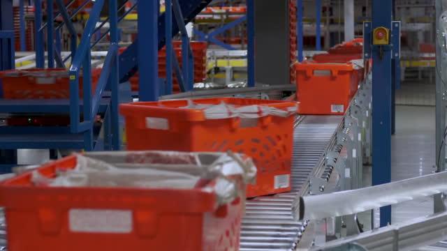 vídeos y material grabado en eventos de stock de cus crates on conveyor belts in warehouse - fila arreglo
