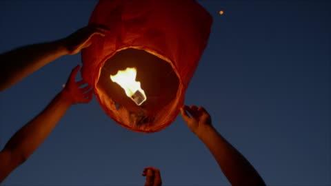 vidéos et rushes de cus lanterns being released for summer solstice - lanterne