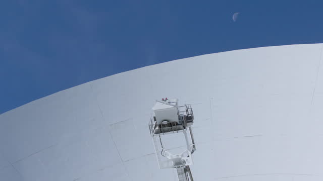 cus lovell telescope at jodrell bank, uk - optical equipment stock videos & royalty-free footage
