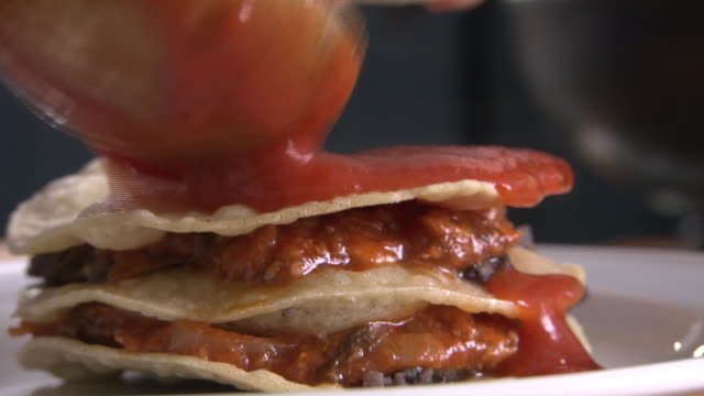 stockvideo's en b-roll-footage met cus mexican dish is assembled in a kitchen - doornhaai