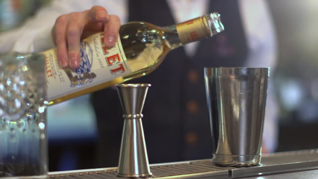 vídeos de stock e filmes b-roll de cus of bartender mixing a cocktail - james bond fictional character