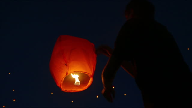 cus people release paper lanterns - traditionelles fest stock-videos und b-roll-filmmaterial