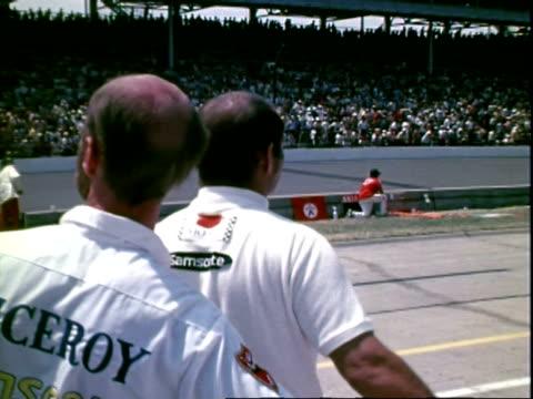 vidéos et rushes de cus racing team owner parnelli jones watching indianapolis 500 race / electronic tower showing lap, mph / eagle offenhauser formula 1 race car racing... - gomme
