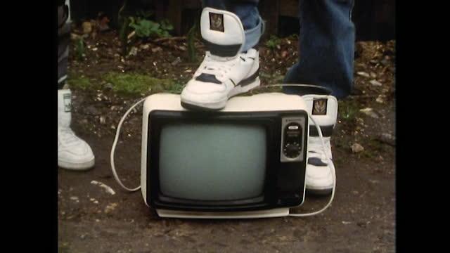 vídeos de stock e filmes b-roll de cus teen boys performing in rapping group; 1989 - cultura hip hop
